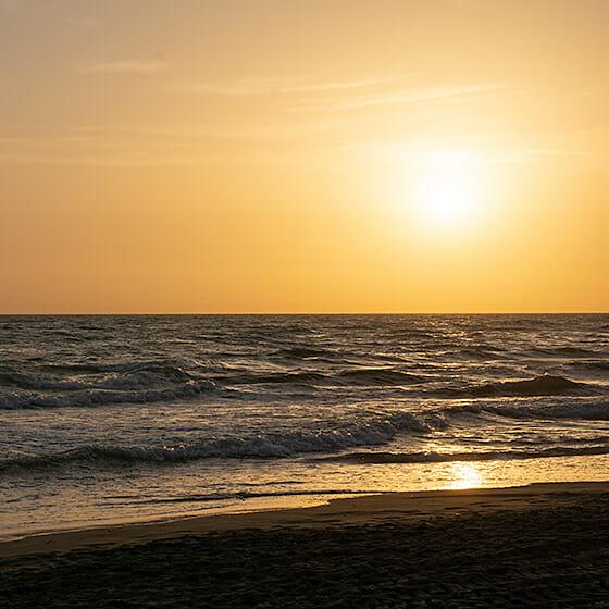 Magnifique couché de soleil sur la plage de Rome