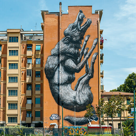 """""""Jumping Wolf"""" Peinture murale réalisée par l'artiste ROA."""