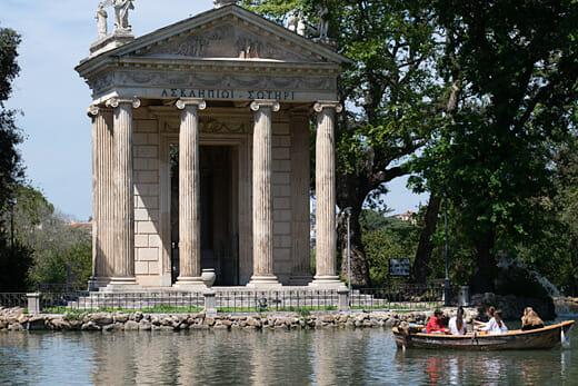 Un moment de détente sur l'étang de la villa Borghese