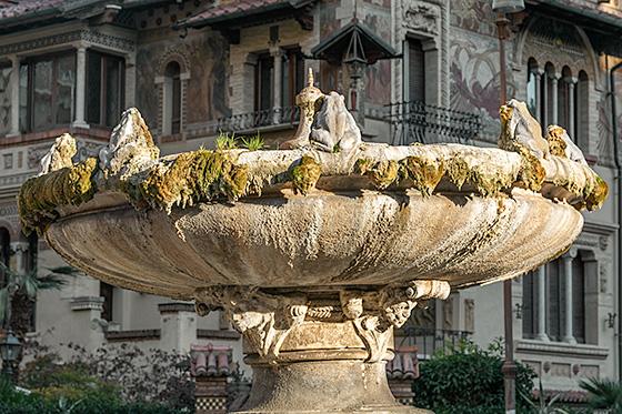 Point principal du quartier Coppedè, la Piazza Mincio, au centre de laquelle se trouve la Fontaine des grenouilles