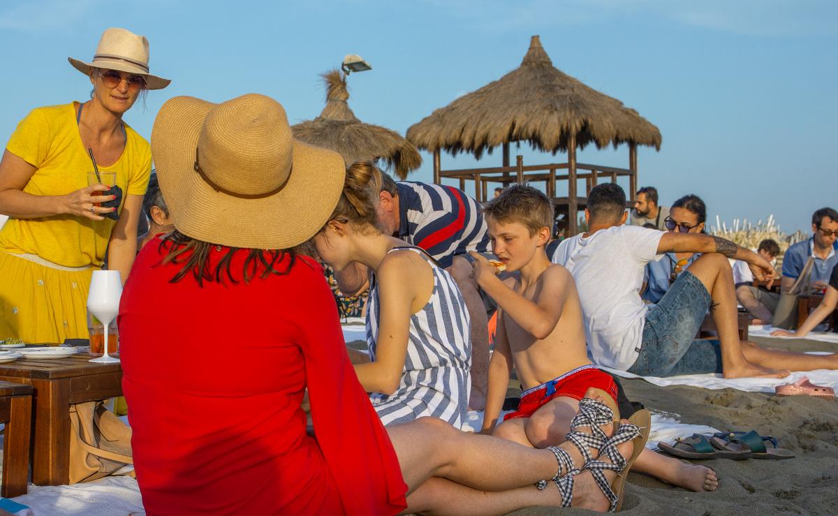 week end à Rome : apéritif à la plage après le transfert aéroport