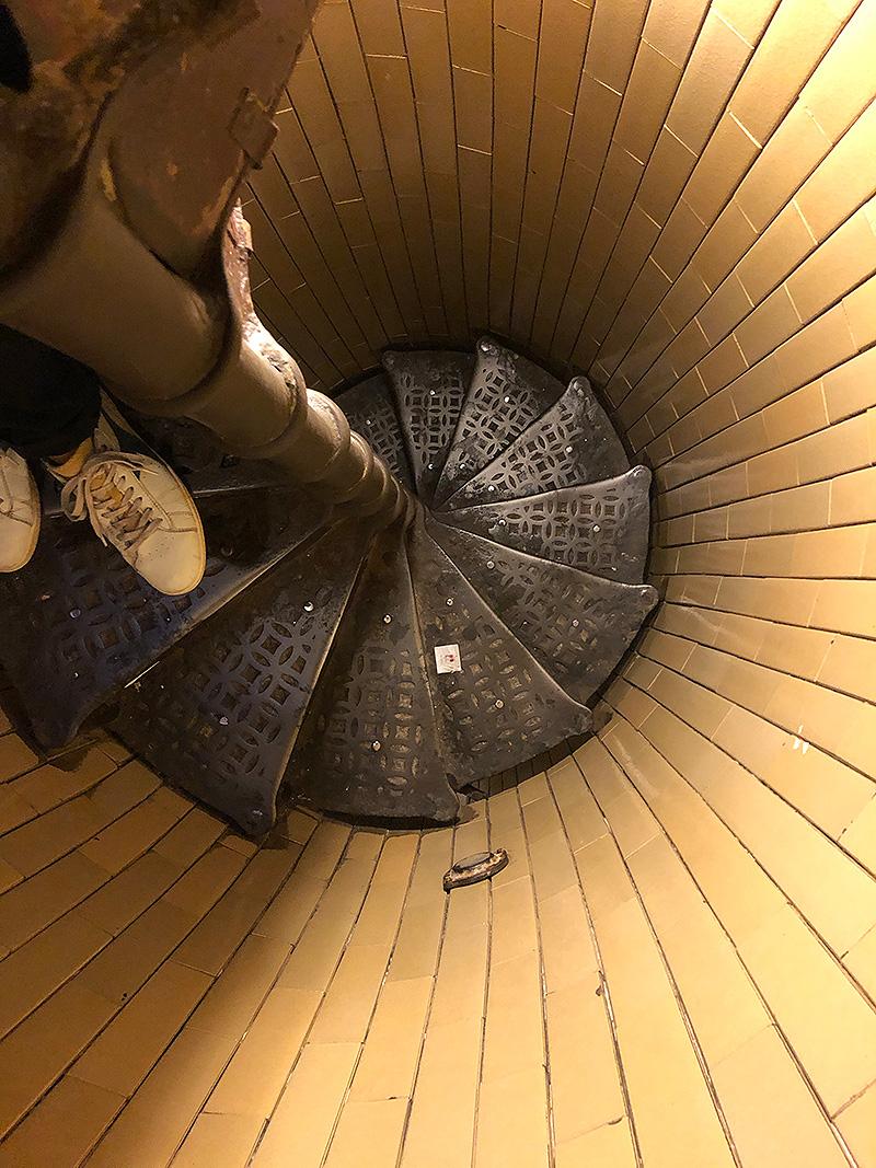 La descente, des escaliers un peu étroits