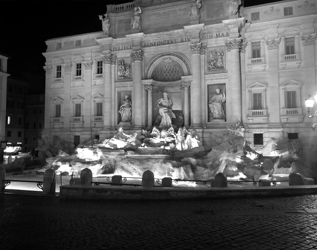 Coronavirus à Rome, les places et les rues désertes. La fontaine de Trevi sans personne.