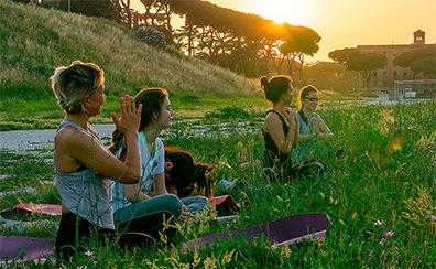 Activités insolites à Rome : Une séance de yoga à Rome pour bien commencer la journée.